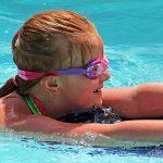 Kind mit Schwimmbrett